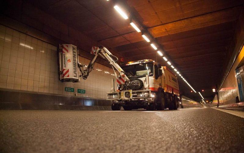Entretien des parois d'un tunnel - Nettoyage à haute pression